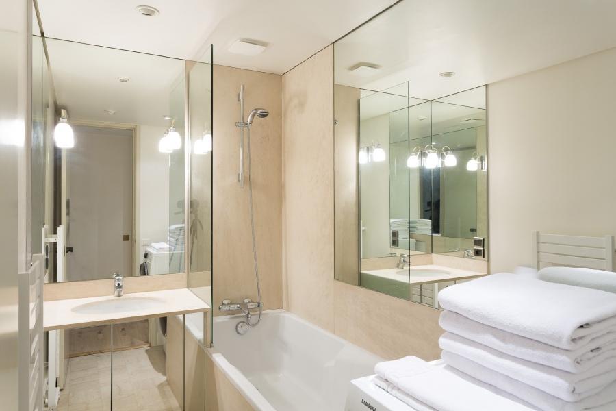 4 Easy Tricks To Make A Small Bathroom Look Bigger